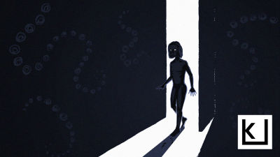 Nainen astuu pimeään huoneeseen.