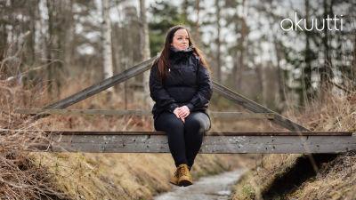 nainen istuu sillalla