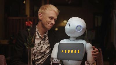 Christoffer Strandberg halaa robottia.
