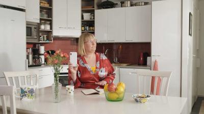 Eeva Vekki aamutakissaan, keittiössä