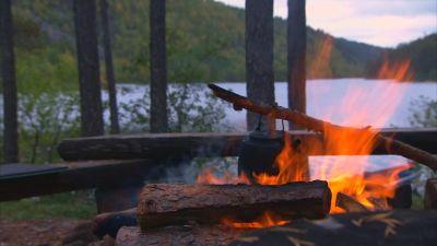kaffepanna över eldstad i Lemmenjoki nationalpark.