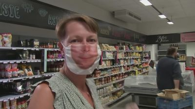 Kvinna med ansiktsskydd
