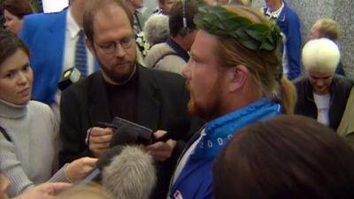 Kuulantyönnön olympiavoittaja Arsi Harju haastattelussa Helsinki-Vantaan lentokentällä Sydneyn olympialaisten jälkeen vuonna 2000.