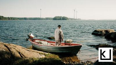 Jarmo Mustonen kattoo soutuveneessään merelle.