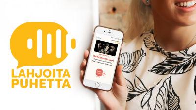 Nuori nainen pitelee puhelinta, jolla näkyy Lahjoita puhetta -keräyksen yksi tehtävä. Kuvassa myös hankkeen nimi ja logo.