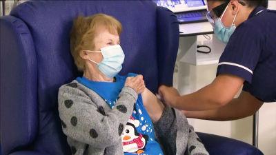 Margaret Keenan får sitt coronavaccin i Coventry, England den 8 deember 2020.