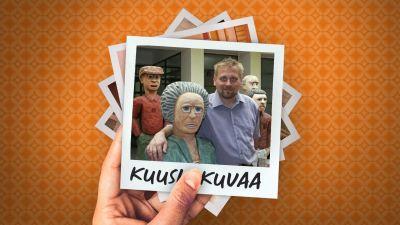 Museonjohtaja Pauli Sivonen käsi Markku Valtosen veistämän puuhahmon olalla, ympärillä muita puuhahmoja.