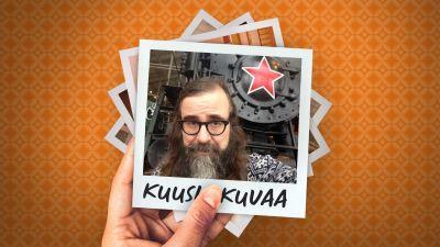 Museojohtaja Kalle Kallio selfiessä pietarilaisen, punatähdellä koristetunmuseojunan edessä.