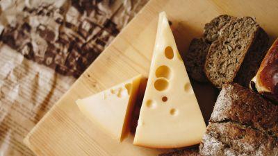 juustoa ja leipää pöydällä