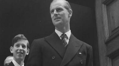 Prinssi Philip Vanhan kirkon portailla (puolikuva). Philipin selän takana Kentin herttua, prinssi Edward.