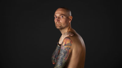 Ted Johansson med bar överkropp och tatueringar.