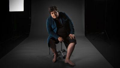Thomas Enroth iklädd en blå badrock.