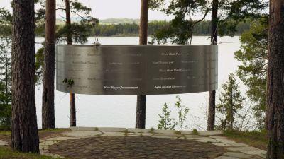 utöyan muistomerkki, johon on kaiverrettu kaikkien uhrien nimet ja iät