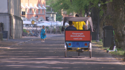 En cykeltaxi på en lummig strandgata.