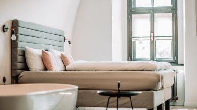 En säng och ett fönster i ett hotellrum.