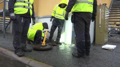 Vaasassa asennetaan neljän huoltomiehen voimin rottaloukkua viemäriin Klemettilän kaupunginosassa.