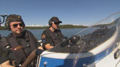 Två sjöbevakare sitter i en båt.