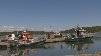 Flera av sjöbevakningens båtar står förtöjda vid en brygga.