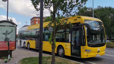Nobinan sähköbussi Turun rautatieaseman edustalla.
