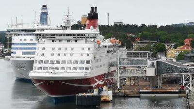 Mariehamns hamn. En Viking Lines-färja och en Tallink Silja färja ligger vid kajen.