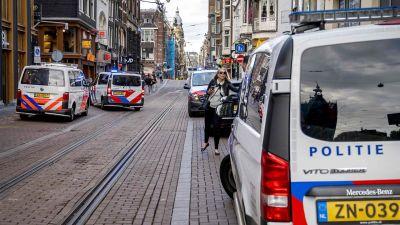 Poliisin ajoveuvoja pysäköitynä kadun varteen Amsterdamissa.