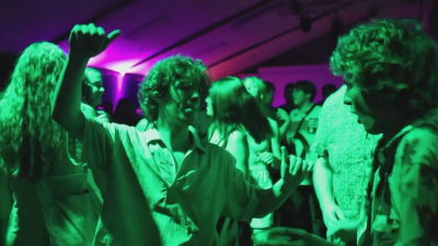 Det var många i London som var lyckliga över att få dansa igen. Bilden tagen ur en Reutersvideo från en nattklubb i London.