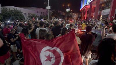 Kansa juhli kaduilla Tunisian pääministerin erottamista.