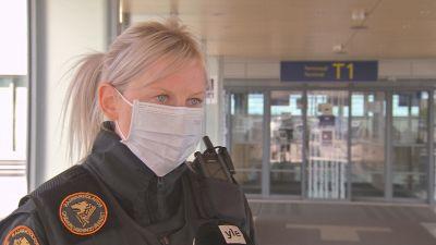 En ljushårig kvinna klädd i gränsbevakaruniform.