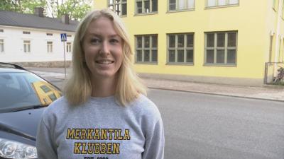 Matilda Mäkelä står framför Asa-huset i Åbo.