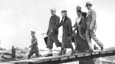 Trotskij och Sedova anländer till Mexico 1937. De tas emot av bland annat Frida Kahlo.en_av_Frida_Kahlo