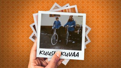 Kuvassa oranssi tausta, jossa polaroid-kuva. Polaroidissa lukee alareunassa Kuusi kuvaa ja kuvassa on Priitta Pöyhtäri-Tröen 13-vuotiaana äitinsä kanssa. Molemmilla on siniset takit ja pyörät.