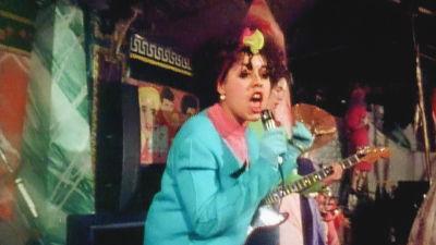 Poly Styrene laulaa klubilla. Kuva dokumenttielokuvasta.