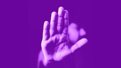 Ihminen näyttää kättä torjuvasti kameralle. Kuvassa tekstit: suoramarkkinointikielto, Digitreenit ja yle.fi/oppiminen.