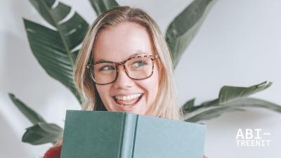 Kuvituskuva, jossa nainen on kirjan takana.