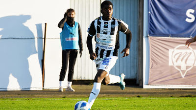 Serge Atakayi.