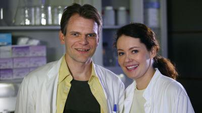 Antti Eerola (Teijo Eloranta) ja Kaisa Dengström (Marjaana Maijala) sarjassa Tie Eedeniin.