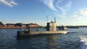Kim Wall och Peter Madsen står i ubåten UC3 Nautilus i Köpenhamns hamn.