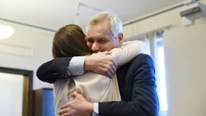 SDP:s ordförande Antti Rinne omfamnar Sanna Marin.