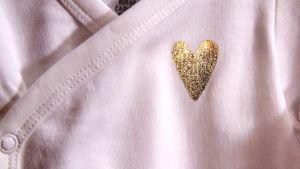 Guldhjärta tryckt på babybody