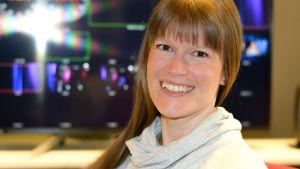 Monica Eklund koordinerar Svenska Yles sändningar från Bokmässan 2019.