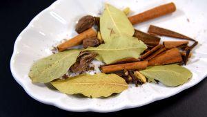 Kryddor på ett fat till garam masala