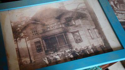 svartvitt foto i ram av gammalt skolhus