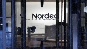 En glasdörr där det står Nordea.