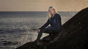 Karin Smirnoff sitter på ett berg