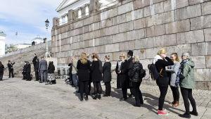 Många köade för att få plats vid jordfästningen av Mauno Koivisto i Helsingfors domkyrka den 25 maj 2017.