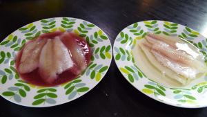 Två tallrikar med fisk i marinad.