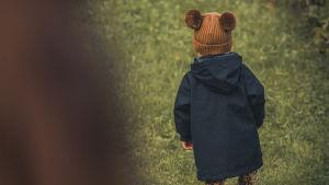 Lapsi kävelee nurmella