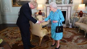 Storbritanniens nya premiärminister Boris Johnson godkänns av drottningen.