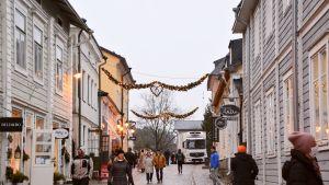 Folk går i Gamla stan i Borgå