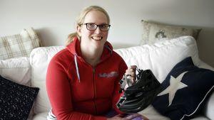 Hanna Lankinen håller i cykelhjälm